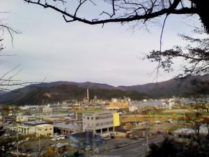 加茂神社から見えるプラザホテル